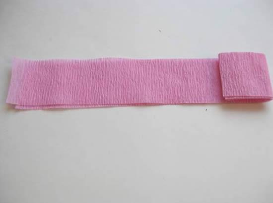 Enrolando a tira de papel crepom