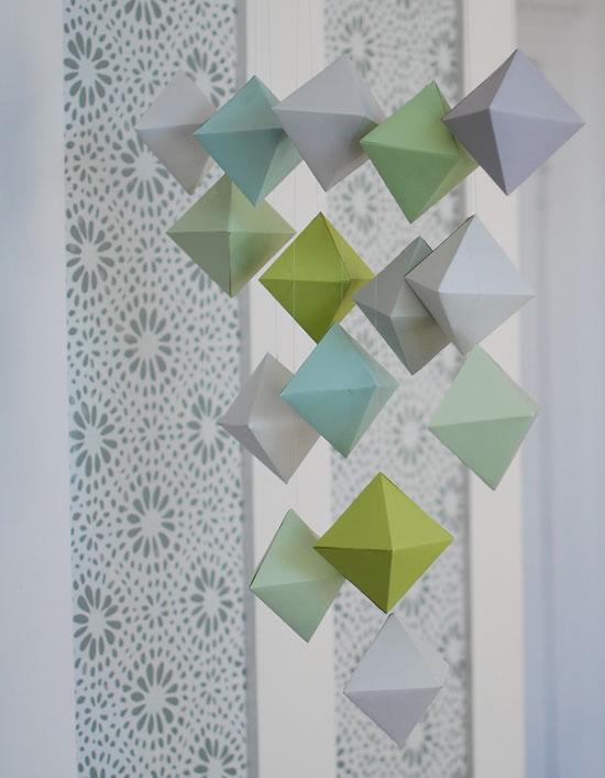 Decoração da sala com móbile de origami