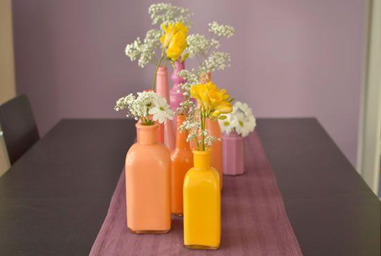 Mesa decorada com garrafas coloridas