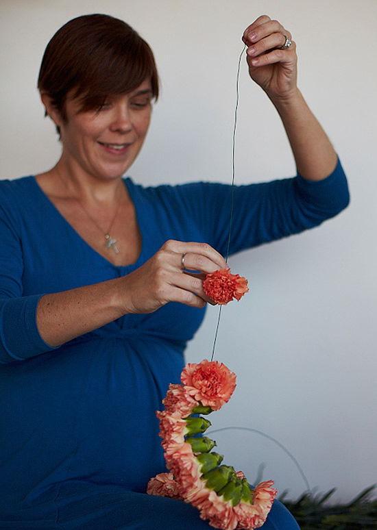 Enfiando o arame nas flores para decorar o casamento