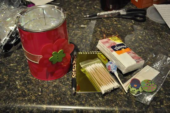 Criando presente para a mamãe com lata decorada
