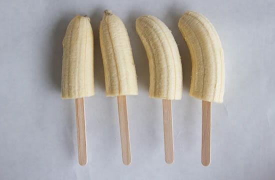 Bananas cortadas para fazer picolé