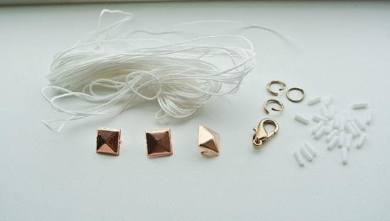 Materiais para fazer a pulseira com fio encerado