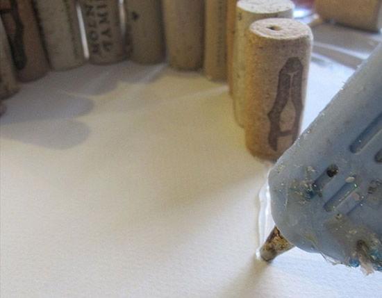 Colando as rolhas para fazer artesanato