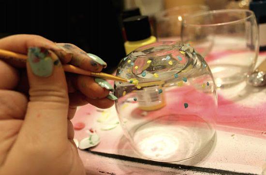 Pintando os vasinhos com a tinta e pincel