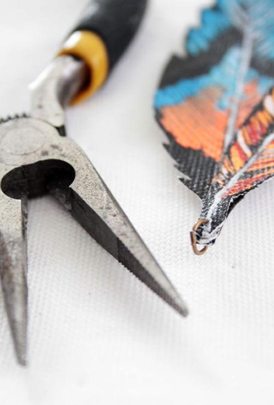 Colocando a argola de bijuteria na folha de tecido