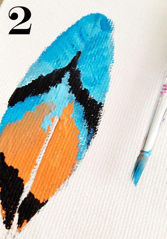 Pintando o tecido branco para fazer pingente