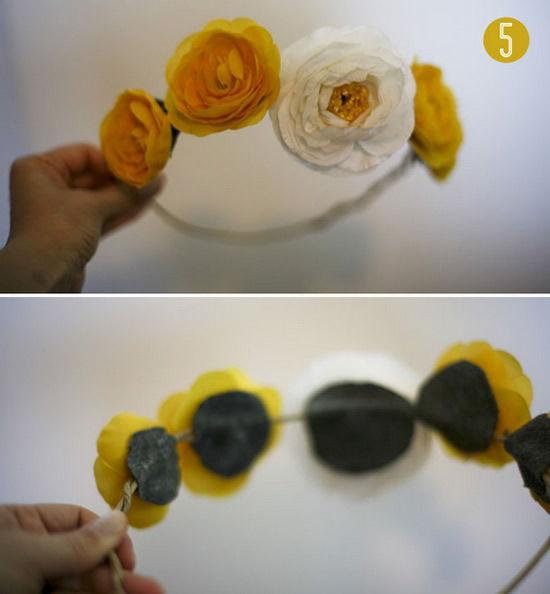Colando o feltro para fixar as flores na base