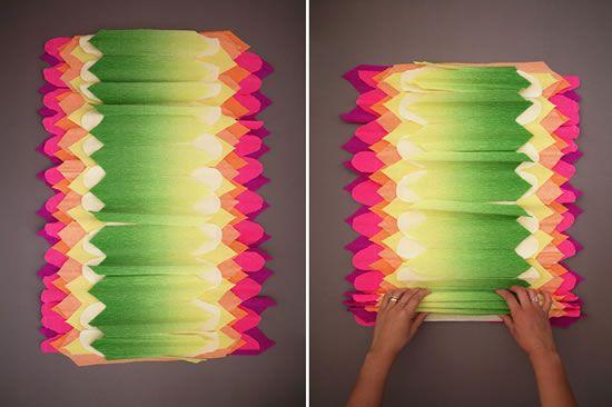 Abrindo as folhas de papel crepom