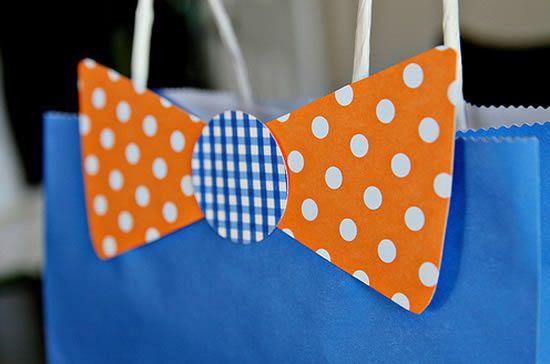 Colando bolinha de papel scrapbook na sacolinha para o Dia dos Pais
