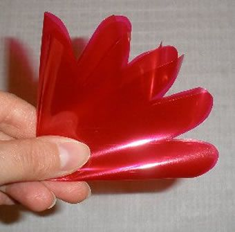Recortando pétalas da flor artesanal