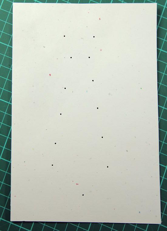 Furando o papel para criar cartão de Dia dos Pais