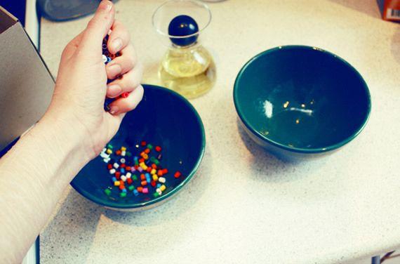 Despejando as miçangas para fazer o artesanato