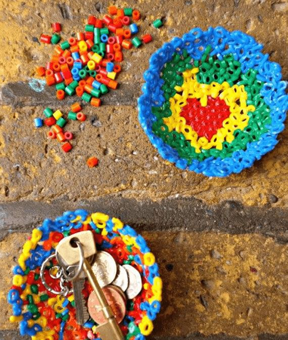 Cestinha feita com contas coloridas