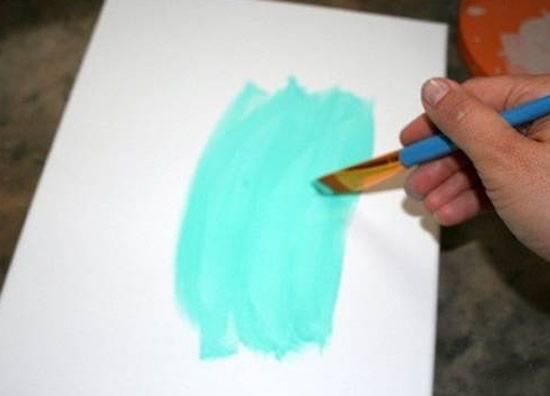 Pintando o quadro para fazer artesanato