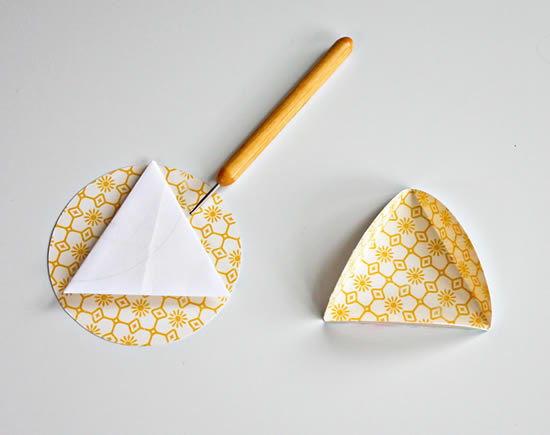 Vincando para criar a bola de papel para festa