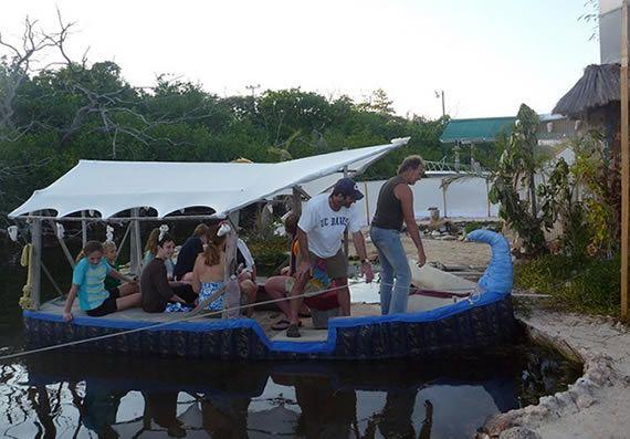 Barco e Ilha de garrafas PET