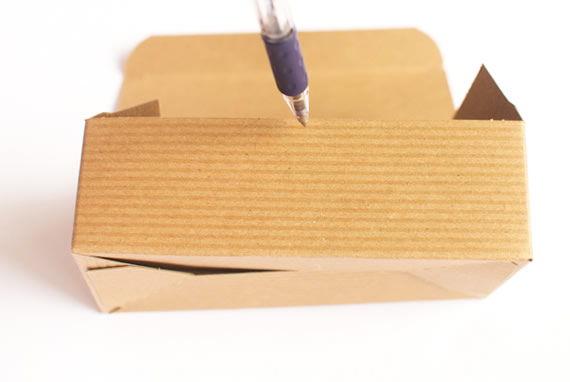 Marcando o meio da caixinha de papelão