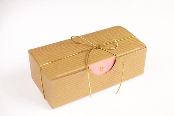 Arrematando a lembrancinha com caixinha de papelão