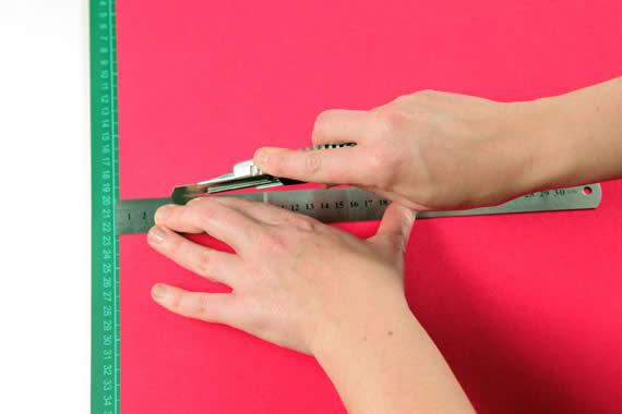 Cortando o EVA para fazer artesanato