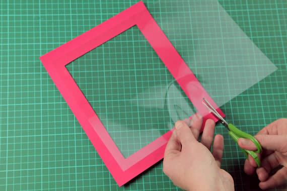 Cortando o plástico para compor o artesanato