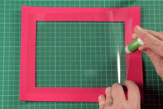 Colando o plástico na borda feita em EVA