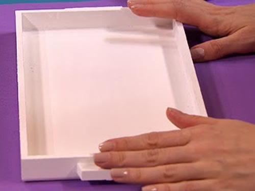 Bandeja pintada de branco para fazer artesanato