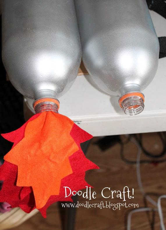 Colando o papel para fazer artesanato com garrafa PET