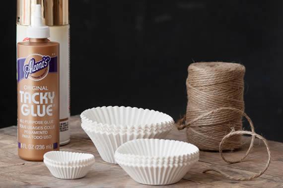 Materiais para fazer uma decoração de festa com forminhas de doces