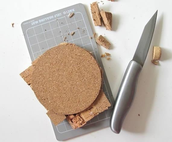 Cortando as rolhas para fazer artesanato com reciclagem