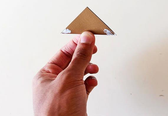 Colando os triangulos para fazer a coroa artesanal