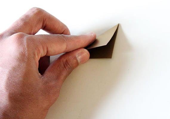 Dobrando o papel para fazer artesanato
