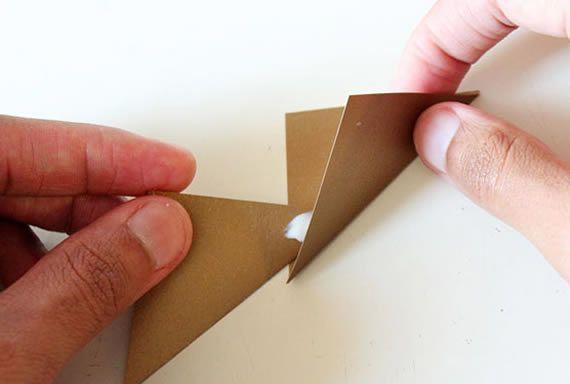Encaixando os triângulos para fazer artesanato