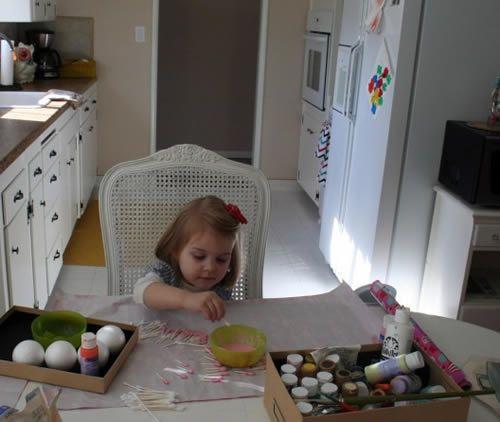 Pintando os cotonetes para fazer a flor artesanal