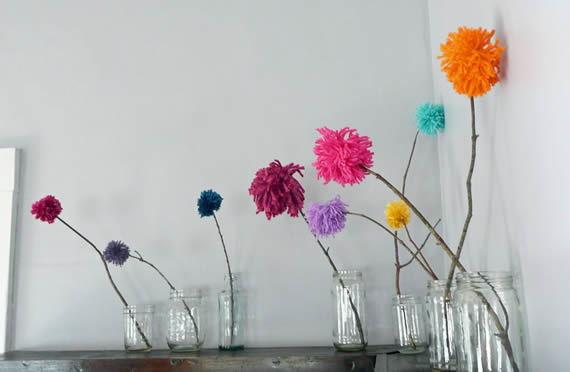 Decoração com pompons de flores coloridos