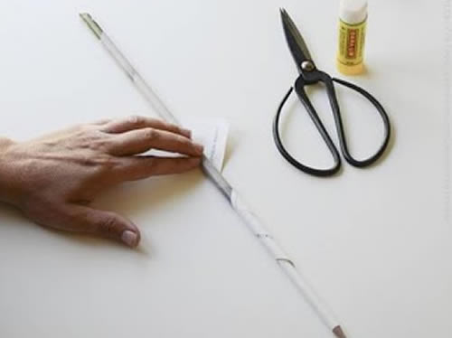 Fazendo um canudo de papel para criar artesanato