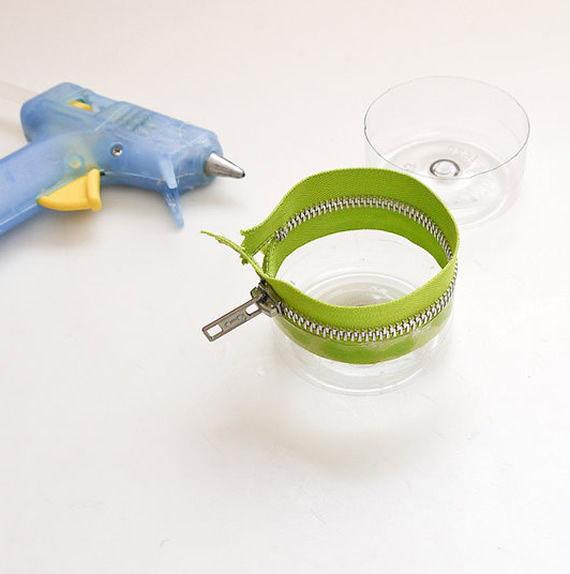 Potinho artesanal feito de garrafa PET com zíper