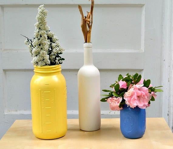 Reciclagem de garrafas e potes de vidro para criar jarrinhos