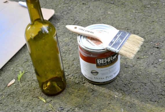Pintando garrafa de vidro para criar artesanato