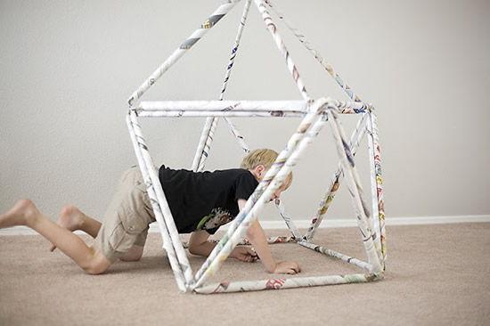Cabana feita de jornais para o Dia das Crianças