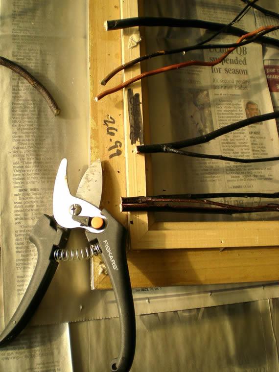 Cortando os galhinhos secos do artesanato decorativo para a casa