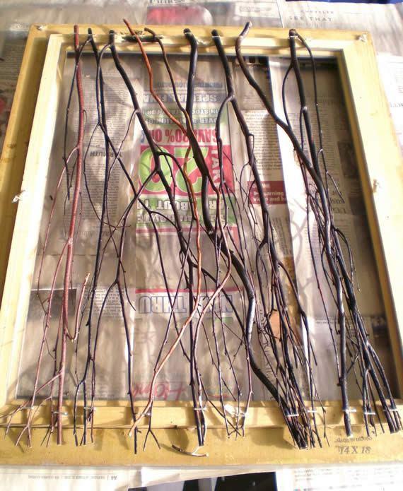 Galhos secos fixados na moldura para fazer artesanato