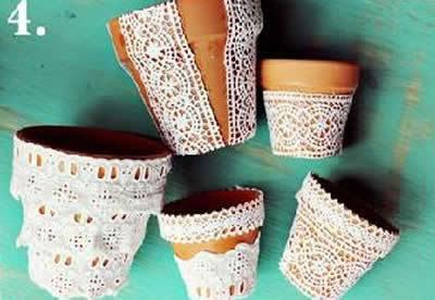 Vasinhos decorados com toalhinhas de crochê