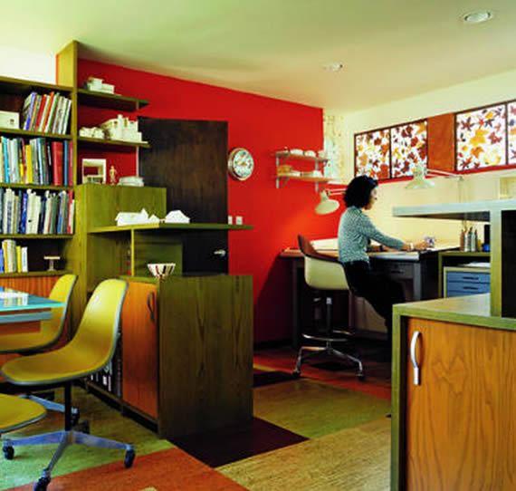 Escritório com móveis coloridos