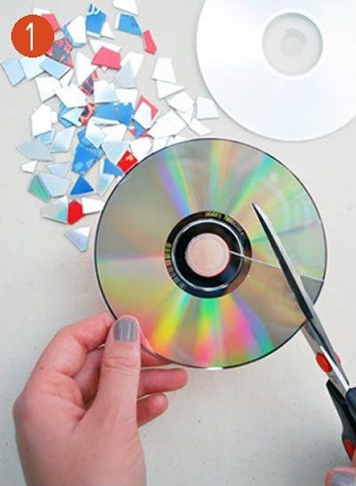 Cortando CD e DVD's para fazer artesanato