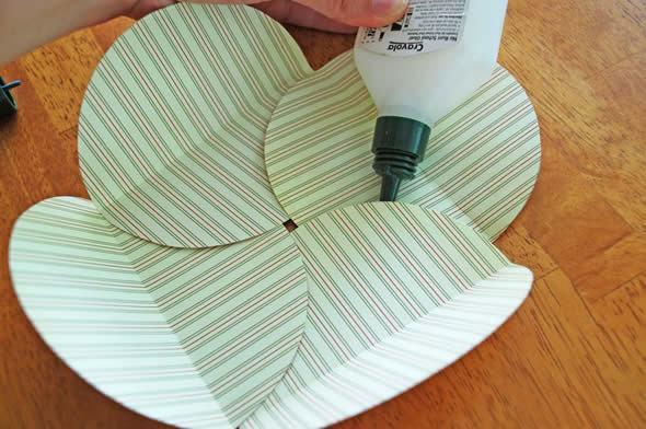 Colocando cola para fixar o envelope artesanal