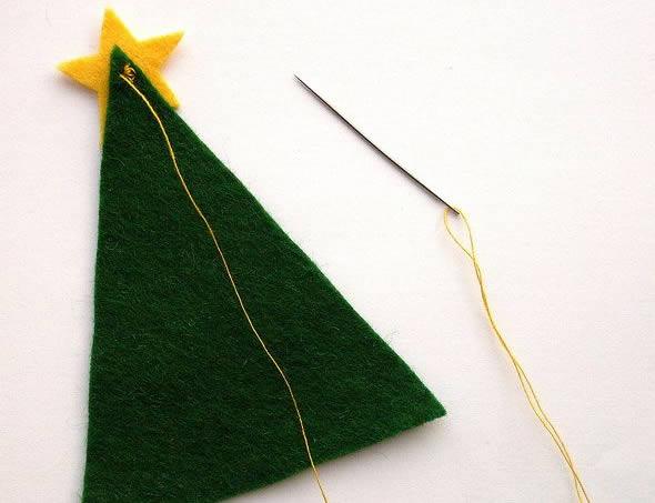 Costurando a estrelinha amarela no topo da Árvore de Natal