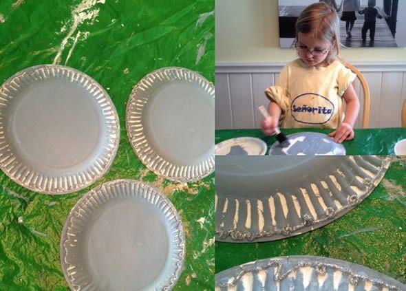 Pintando os pratinhos para fazer atividade