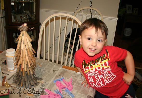 Criança fazendo artesanato com reciclagem para o Natal