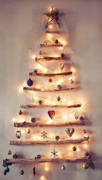 Árvore de Natal criativa e iluminada com gravetos